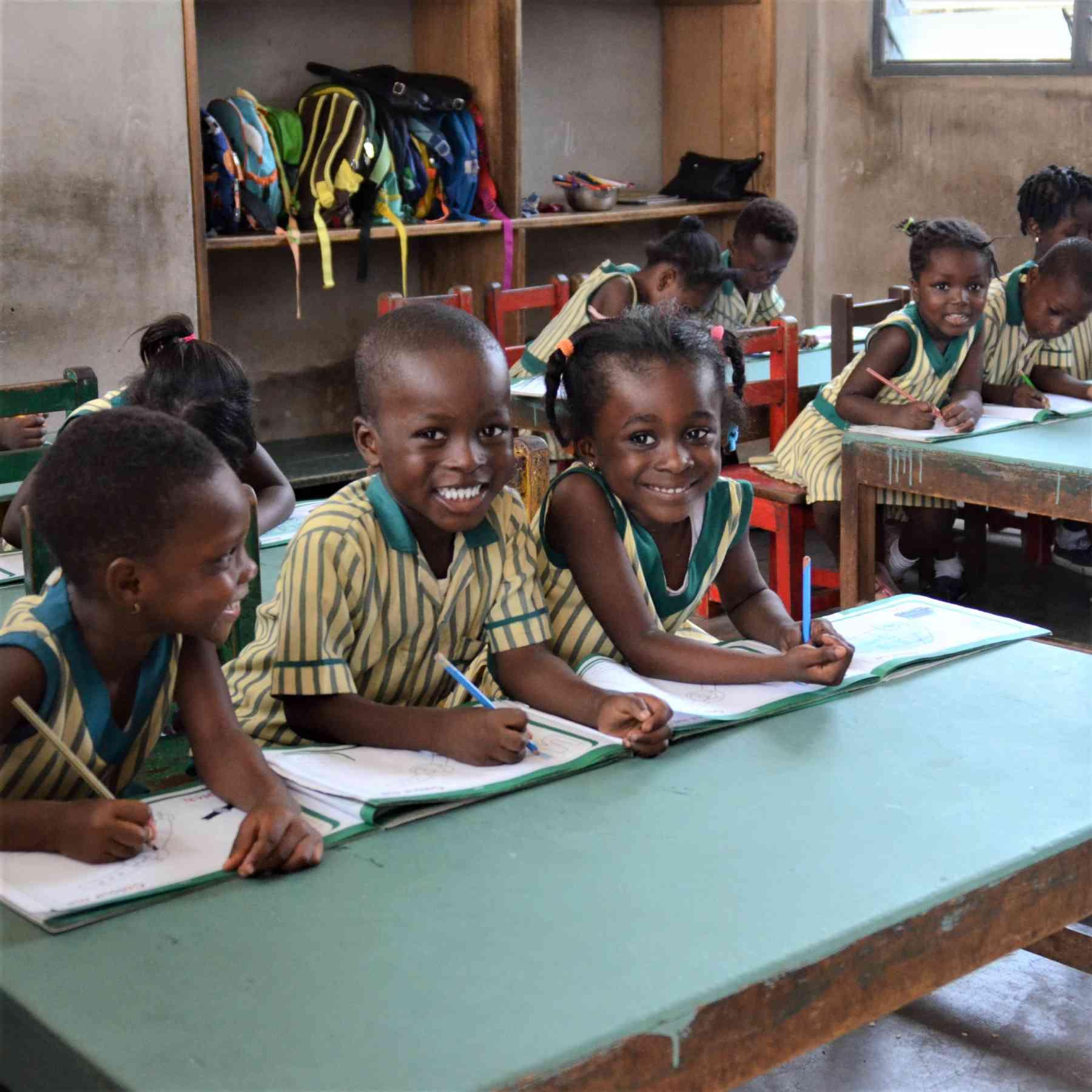 Lächelnde Schulkinder im Klassenzimmer