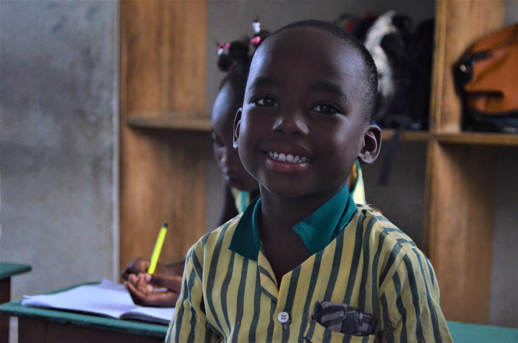 Ein kleiner Schuljunge lächelt