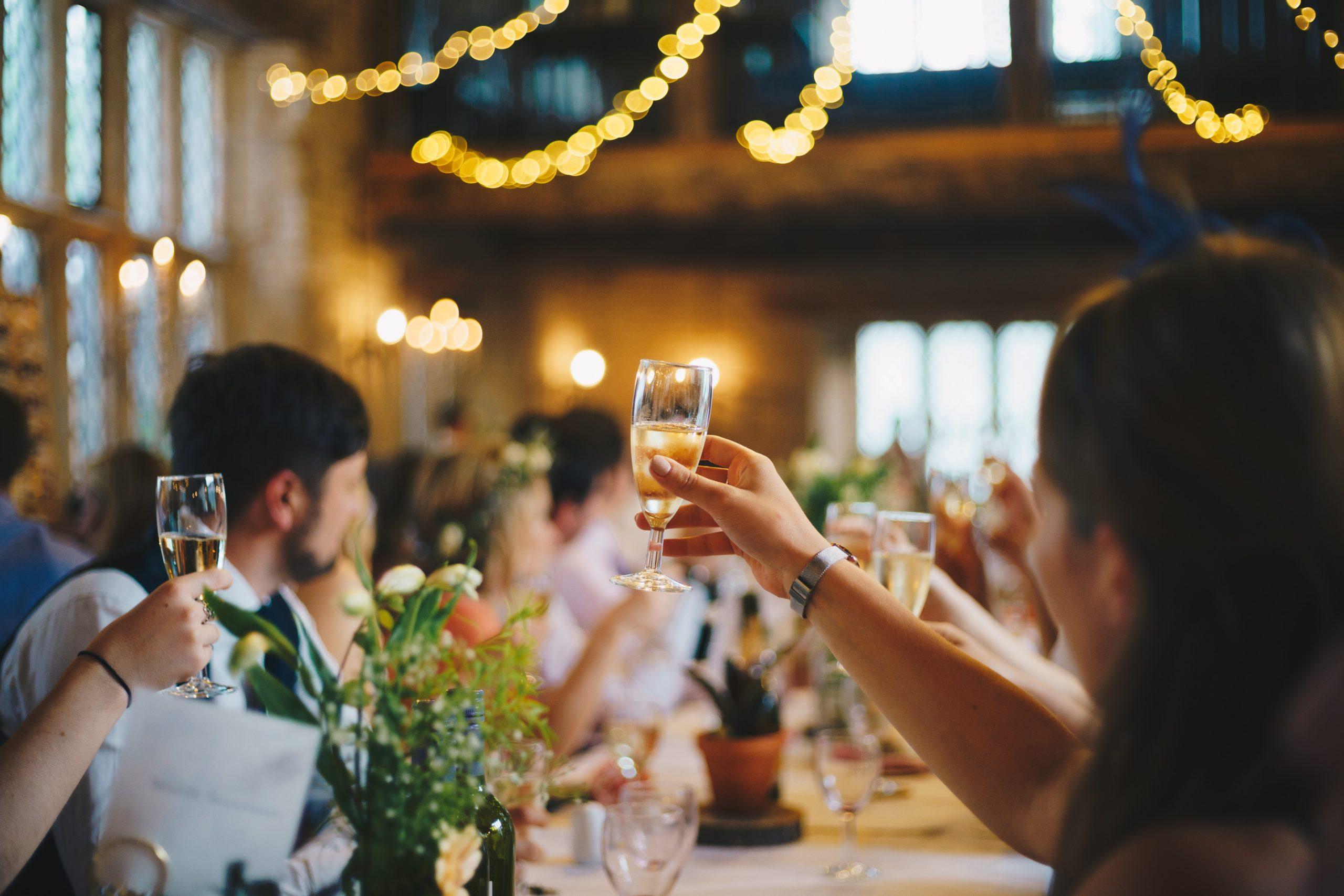 Leute feiern und heben Gläser