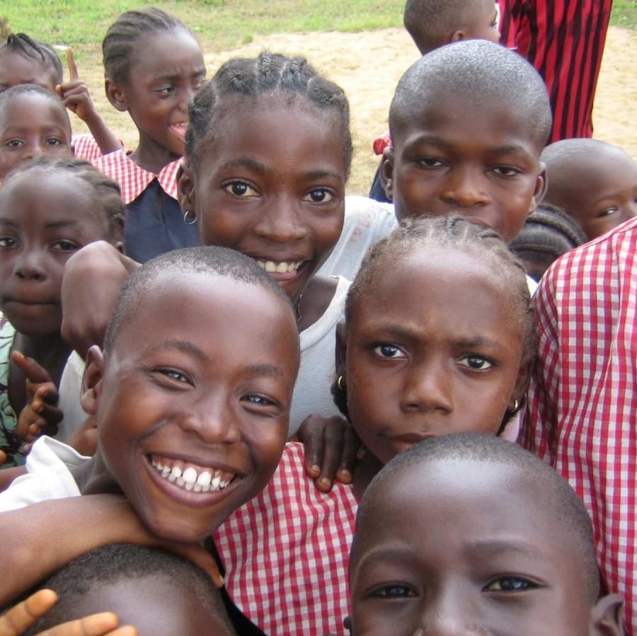 Schulkinder grinsen in die Kamera