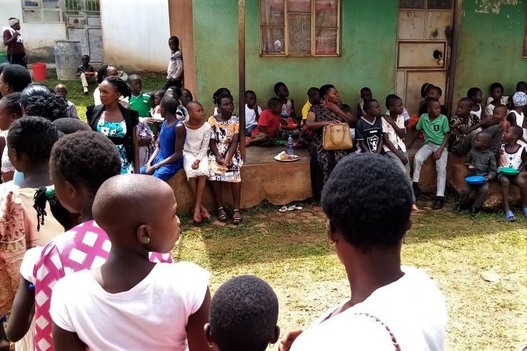 Eine lange Schlange von Kindern wartet auf ihr Essen