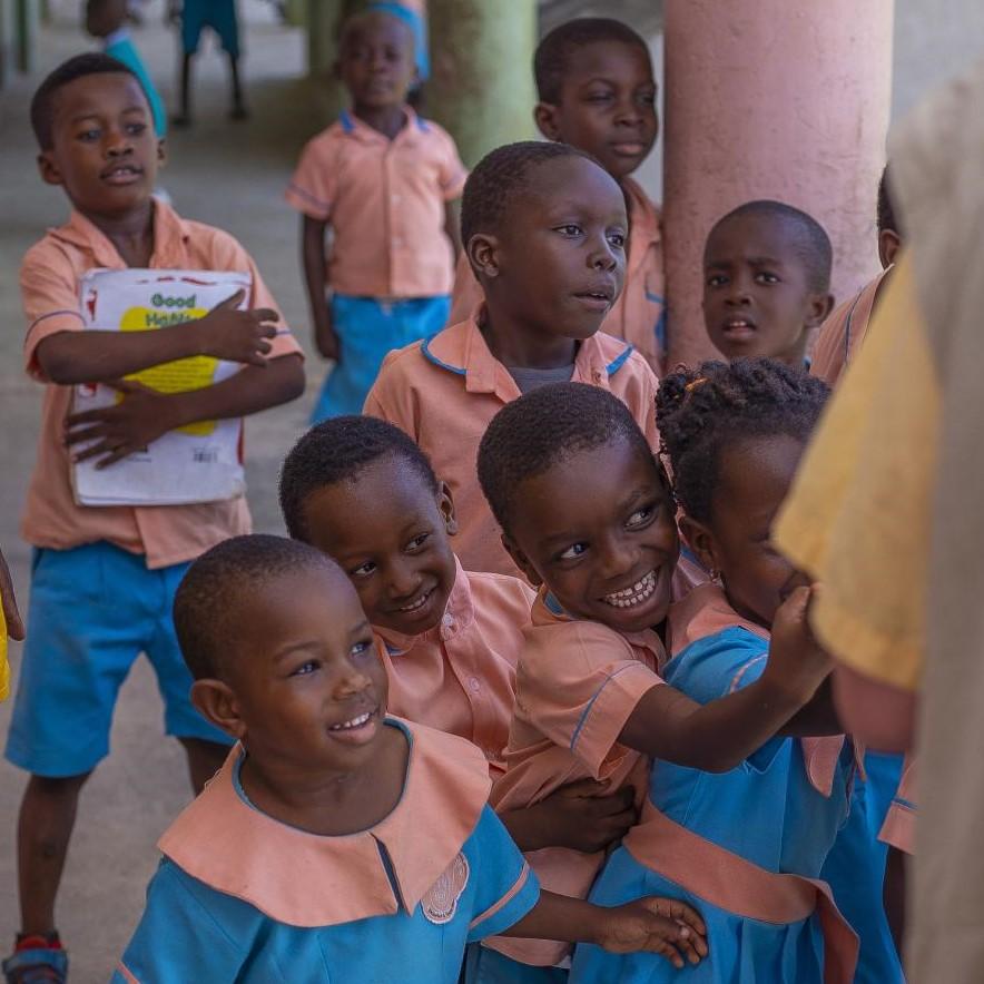 Schulkinder in Uniformen freuen sich