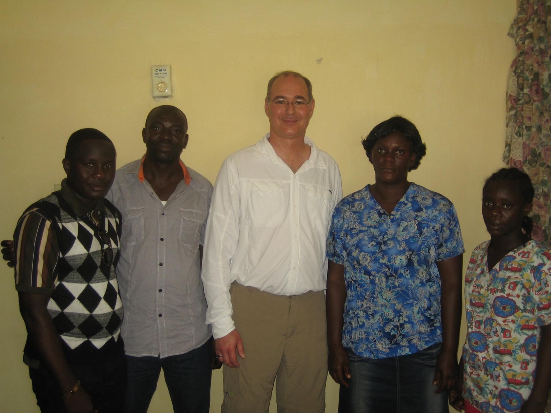 Geschäftsführer Heiko Brokop mit Pastor Emmanuel Gyamfi und drei weiteren MitarbeiterInnen